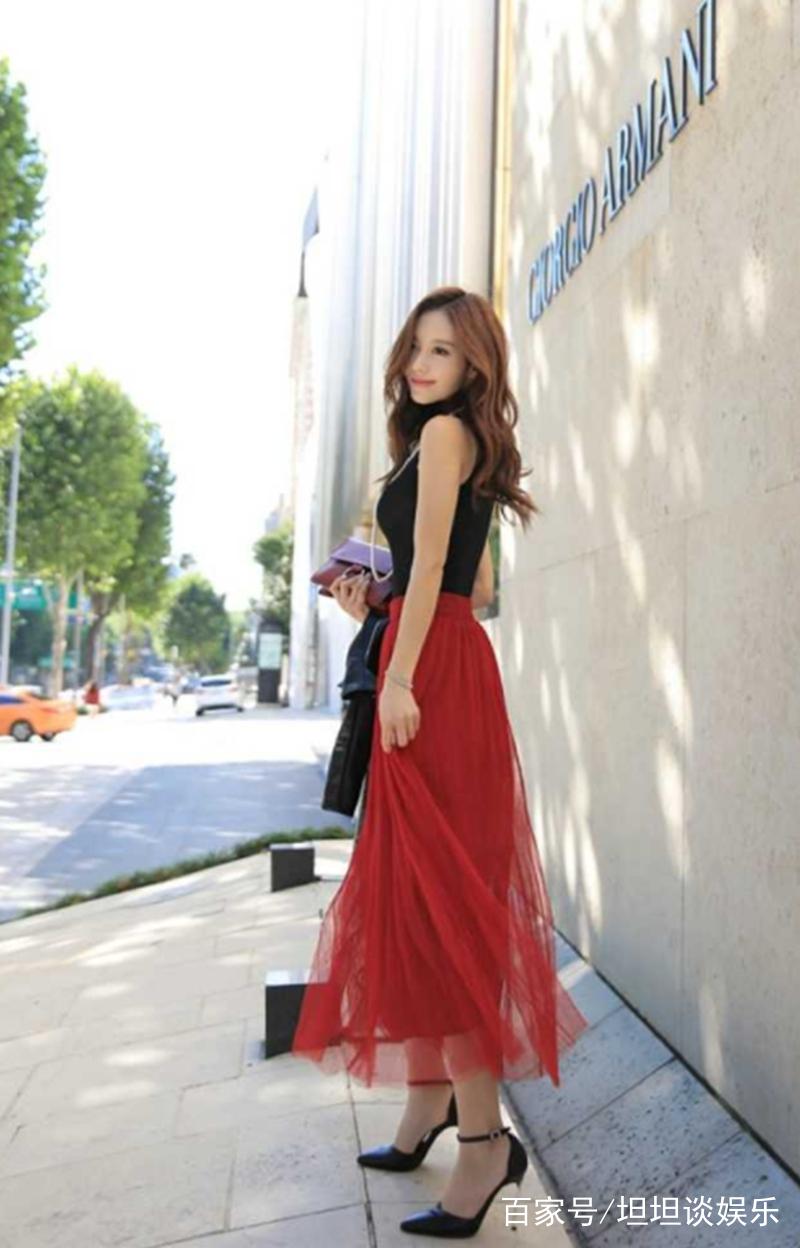 街拍:高挑饱满美少妇穿着暴露,在马路上拍写真,大秀