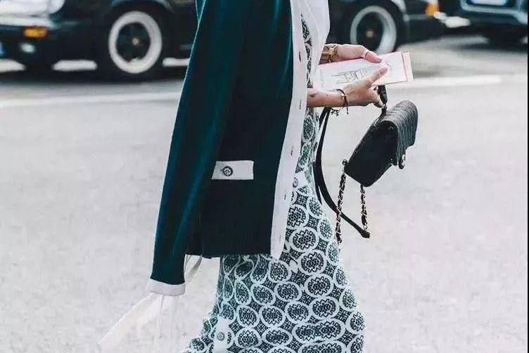 针织衫+裙子=春天时髦高级,回头率200%!