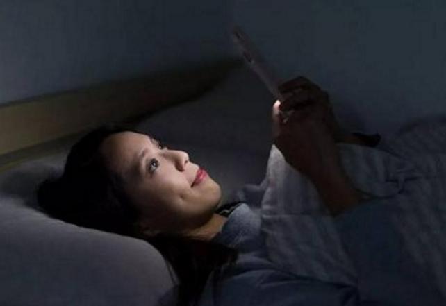 手机观看人体_长期躺着玩手机,身体最后咋样了?这些问题,对照自己看
