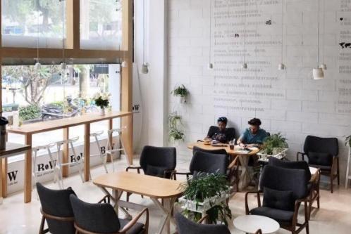顾客进咖啡店拍照,被收50元场地费,女子怒称:强制消费