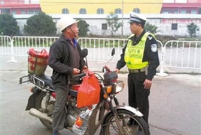 如果有驾驶证,骑无牌照的摩托车被交警逮到,会怎么样?