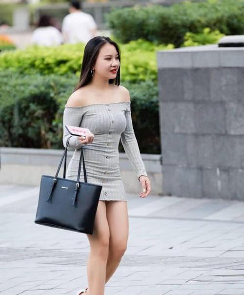 少妇岀轨-淫乱_身材饱满的美少妇,穿一字肩包臀裙显婴儿肥,女人味十足
