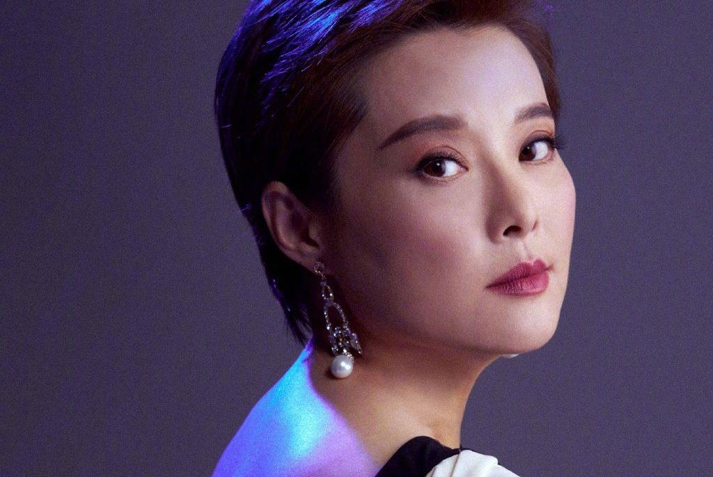46岁袁立宣布结婚,男方晒出亲吻照片,却被吐槽两人的容貌不般配