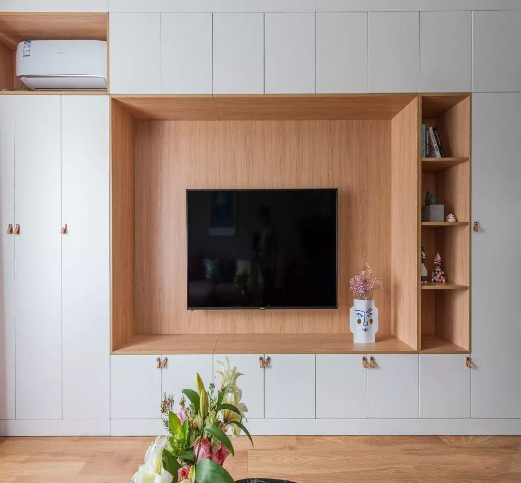 60平的两居室这么美,白色与木色打造的客厅电视墙柜更