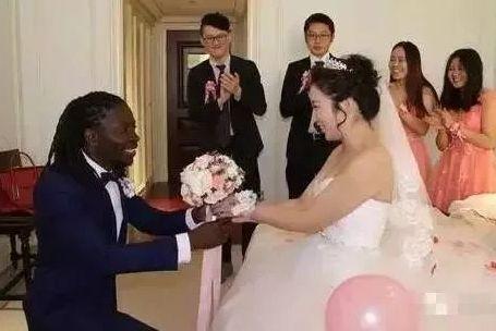 中国小伙去非洲,非洲姑娘表示非常想要嫁给中国人,彩礼只要1000