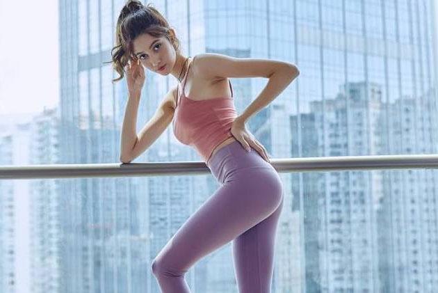 身姿热辣的打底裤美女,更显大气与时髦