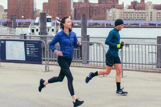 31岁倪妮单身后真敢穿,素颜配399羽绒服纽约跑步,竟毫无违和感