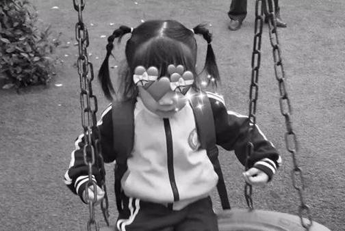 4岁女童被粗心爸爸遗忘车中,高温窒息而亡,幼儿园赔偿3.2万元