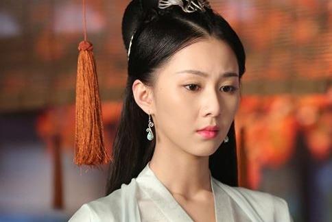 她靠选美当上皇后,怀孕后本可母凭子贵,然为何皇帝要踢死母子俩