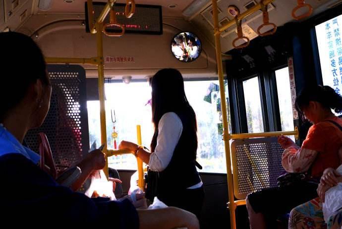 孕妇公交车上强制他人让座,6岁小男孩的一句话,让她低下了头