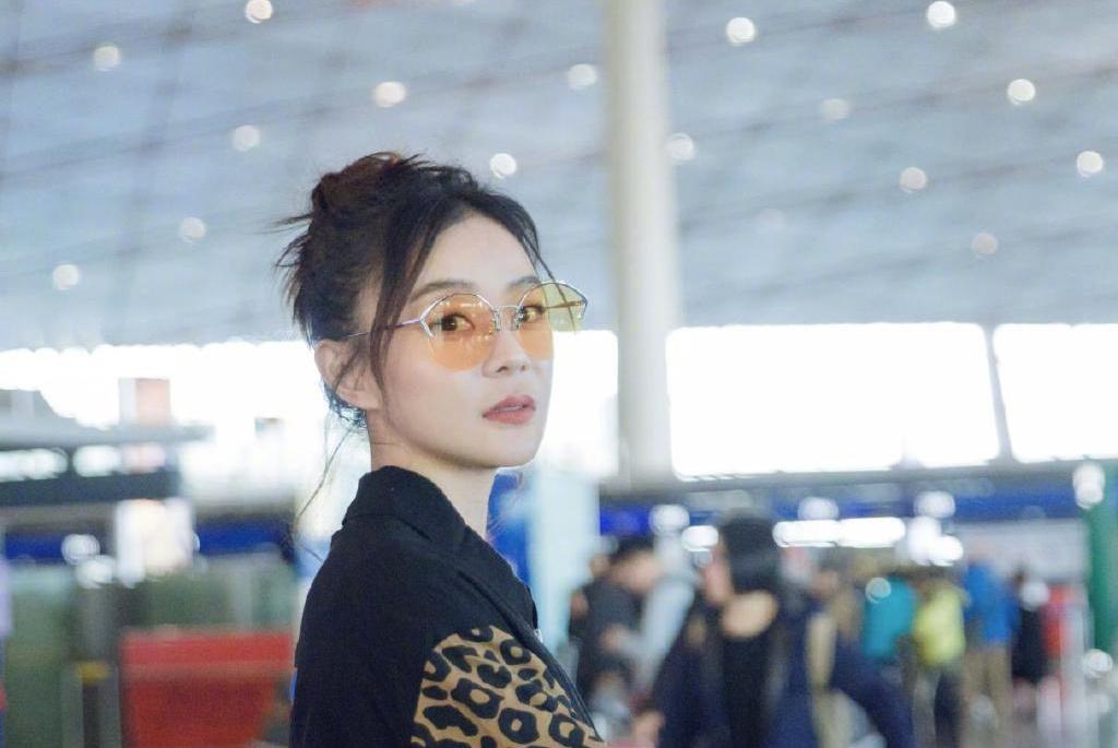 豹纹夹克配牛仔 袁姗姗演绎她的帅气潮搭