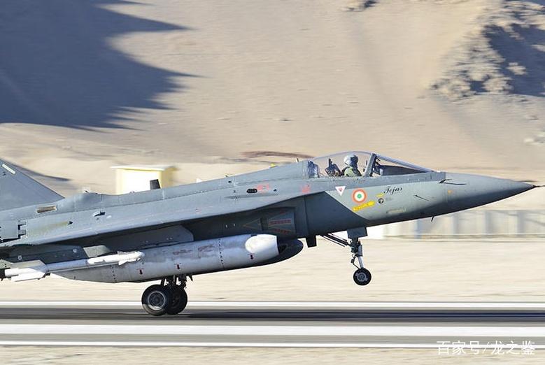 印度坠机名扬世界,国产战机首次出国访问,前来迎接的却是消防队