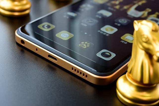 【IT168 评测】大电池长续航对于现在的智能手机来说是一个永恒的话题,目前由于受到电池技术的限制,一般智能手机只配备3000-4000mAh的电池,而续航能力只有一到两天,这样的续航表现并不能满足用户的需求。市面上提供大电池长续航手机并不多,而海信的金刚系列就是这些为数不多的手机中的一员。海信最近推出金刚系列的新品--海信手机金刚4,这台手机配备了4500mAh大电池,同时还全新加入了智慧按键,大大提升手机的使用体验。  这次海信推出的海信手机金刚4延续了大电池长续航的卖点,配备了4500mAh大电池,