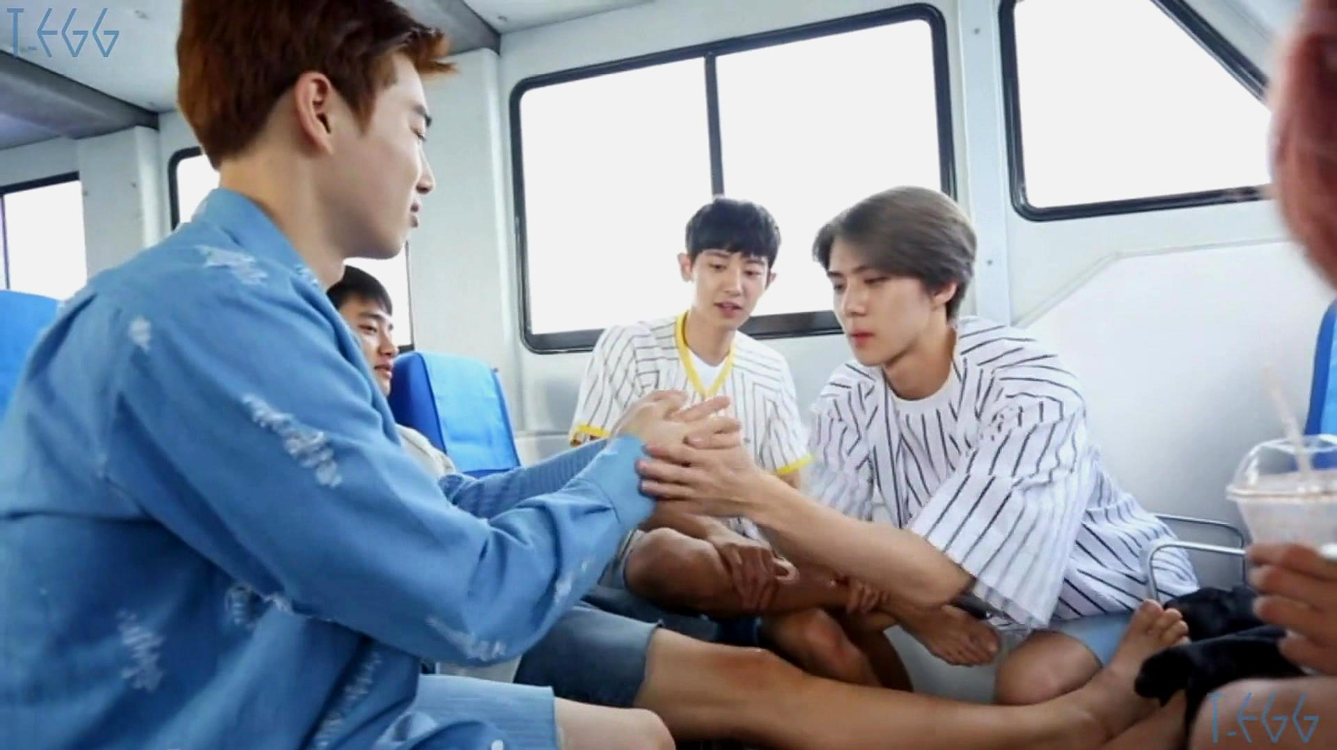 EXO在船上玩游戏,SUHO被弟弟打手,灿烈和世勋开心到不行