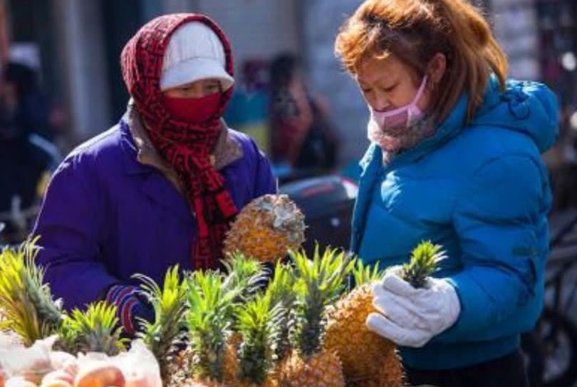 吃菠萝时,别只用盐水侵泡,学会这种方法,菠萝既不涩还很甜!