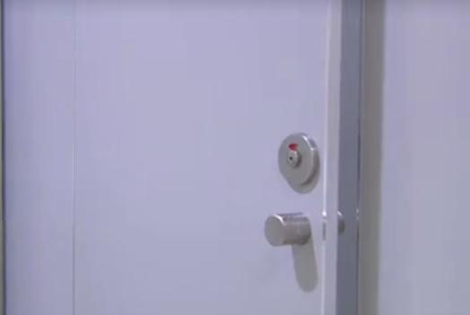 女子站内上厕所 门缝外突然出现一部手机 涉事男子:我就想看一眼