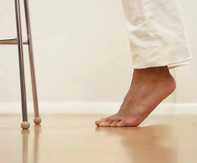 低头踮起脚尖,补肾益气,治疗腰痛