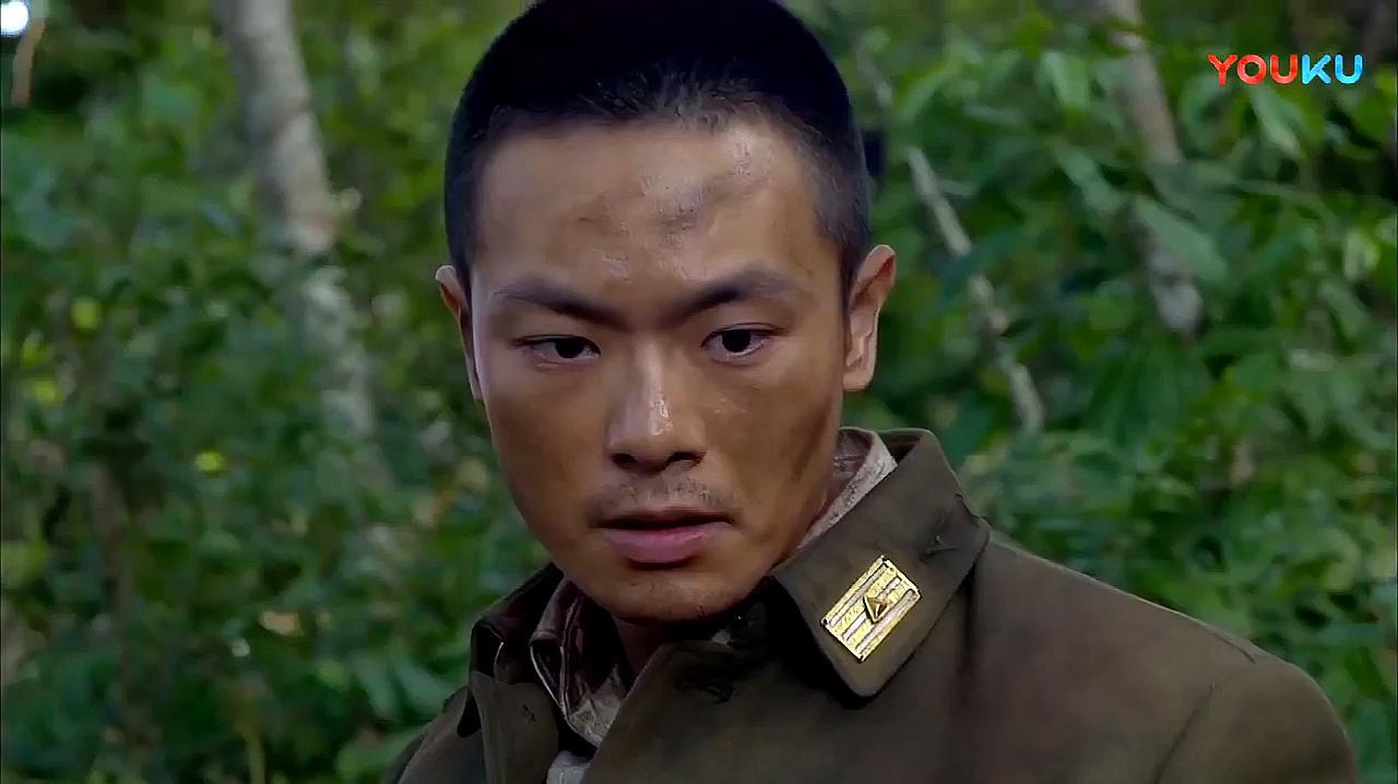 老兵和新兵都争相承认是自己的错误,看营长不说话,就自我惩罚