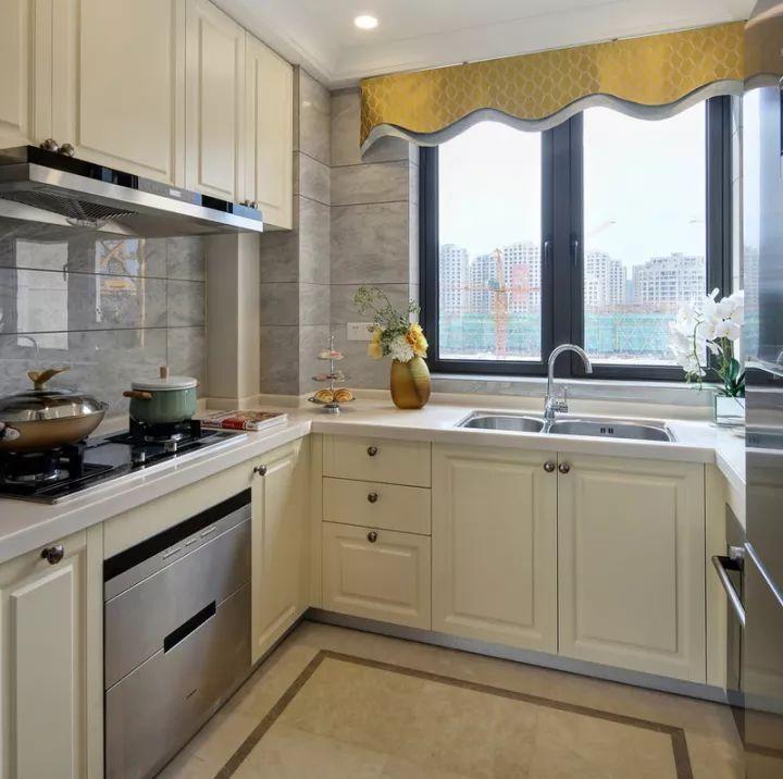 u型厨房,米白色橱柜,白色大理石台面更加干净整洁.