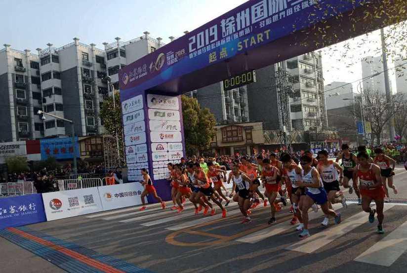 大跌眼镜:徐州马拉松期间运动会补给物资被市民哄抢,拦也拦不住