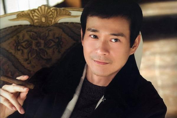 """72岁郑少秋近照曝光,打扮时尚风度翩翩,真正的""""不老男神"""""""