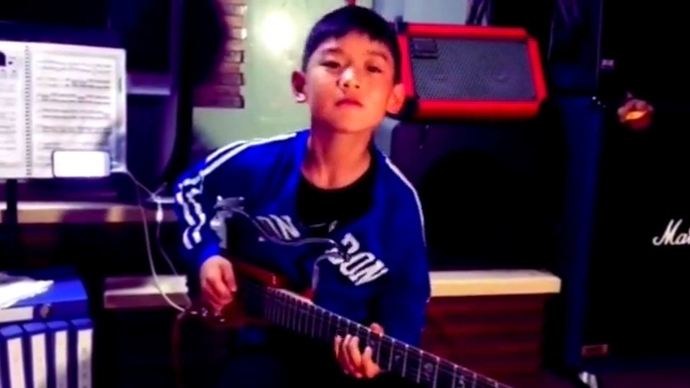 小學生吉他演奏《命運交響曲》瞬間主宰命運