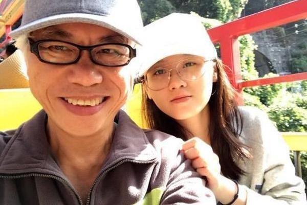 """62岁李坤城与小40岁女友婚后甜蜜,采访中透露""""爷孙恋""""开始原因"""