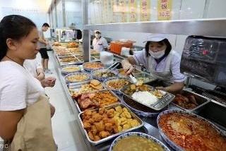 清华北大的食堂,看到菜品后,网友调侃:我不差钱,差的是分数!