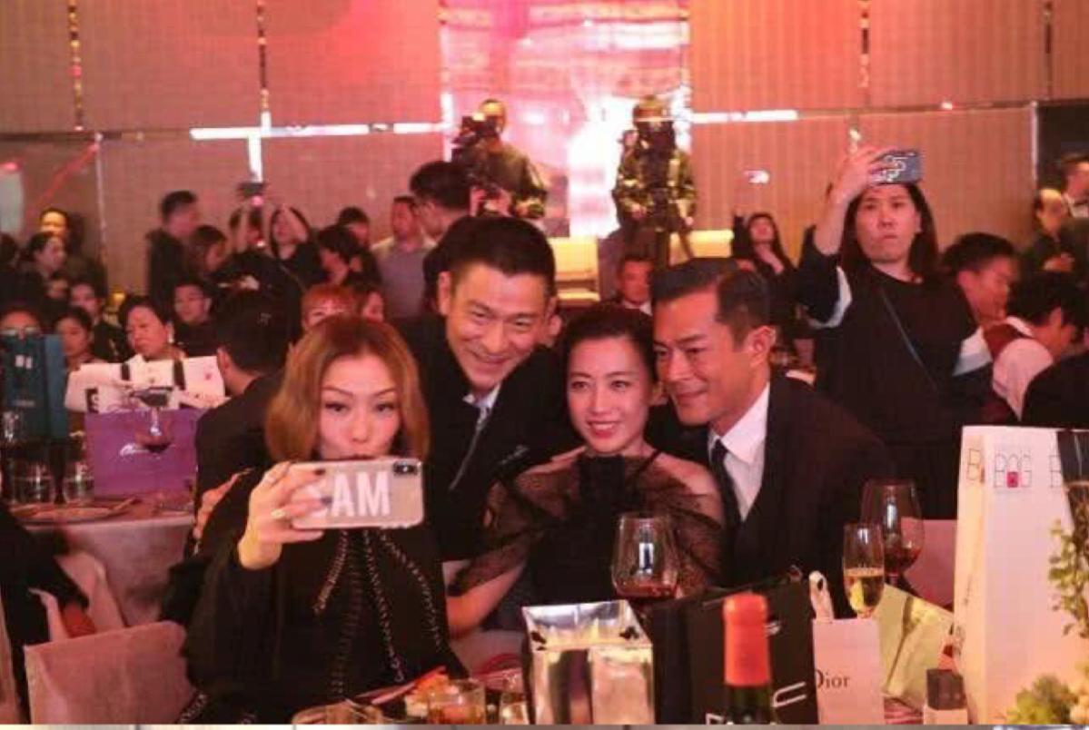 香港艺人慈善晚宴星光璀璨:甘比 刘德华 古天乐 成龙难得同框