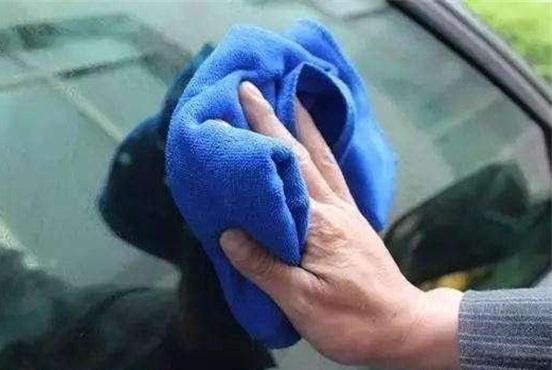 摸了几年方向盘才知道,车上这个按钮可以除雾?打开它雾气全没