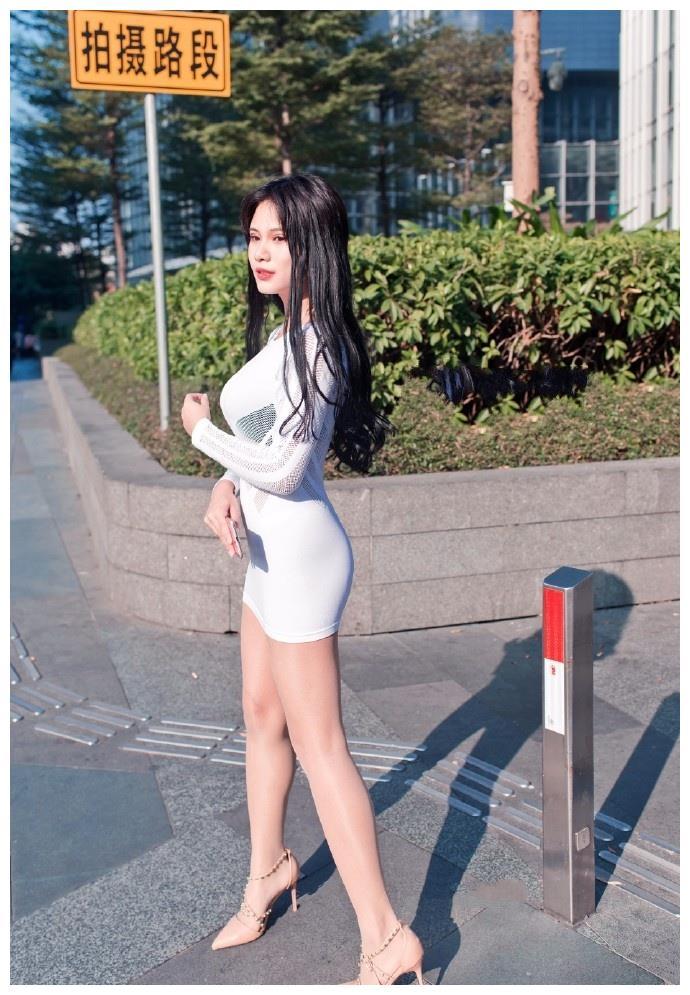 meinuse_街拍:美女绒面高筒靴搭配黑色打底裤,皮短裤搭配的非常有个性