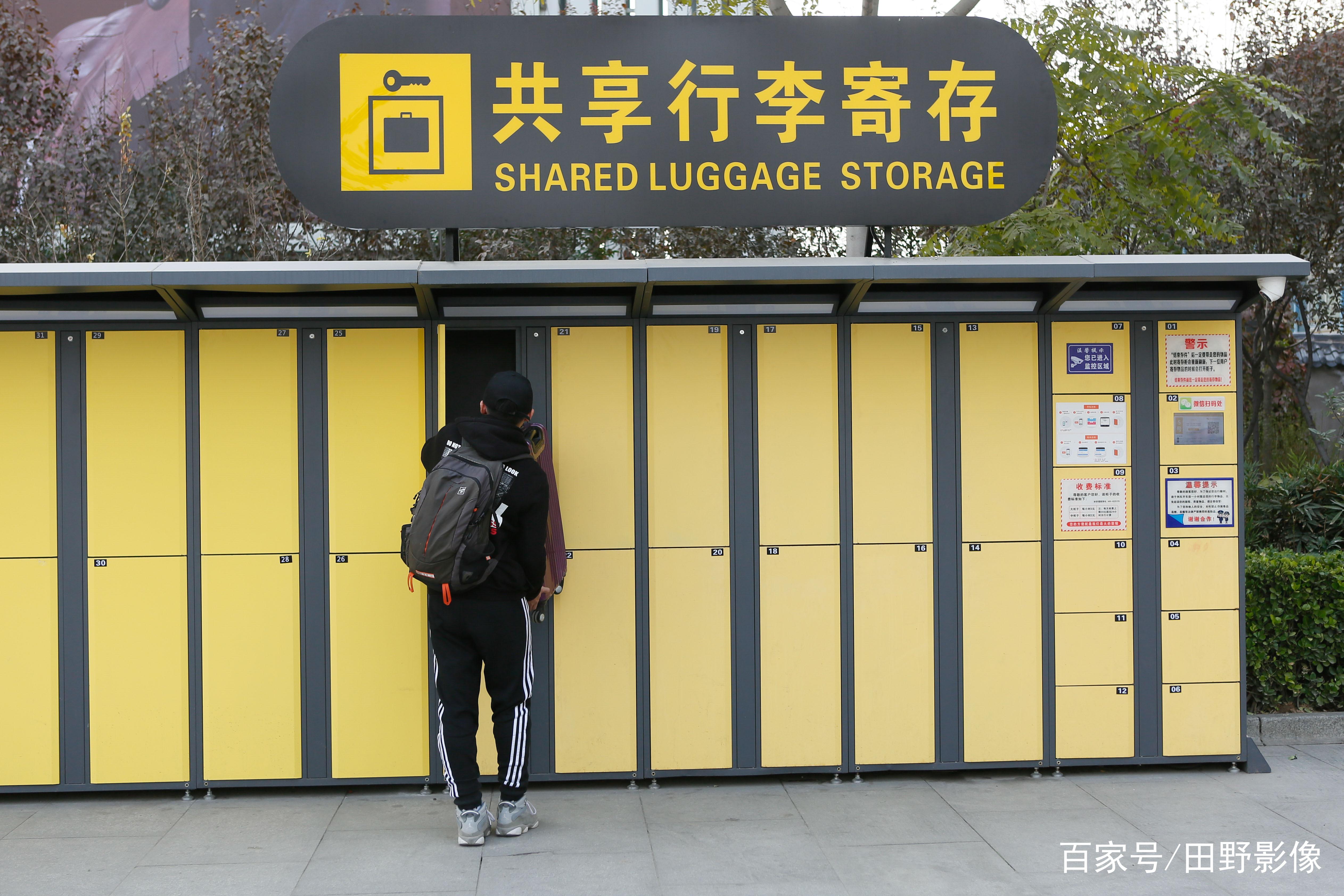 一位乘客使用共享行李寄存柜存放物品.