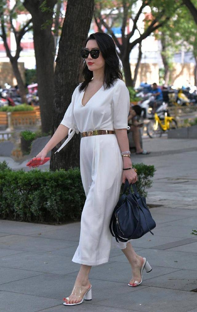 meinuse_街拍:性感妩媚的长发美女,一袭灰白色紧身连体裙,性感