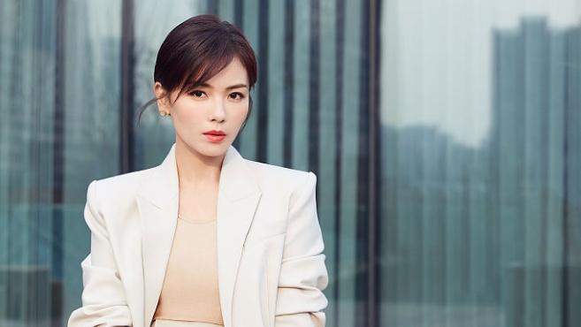 刘涛继续解锁职场造型演绎百变丽人 两种风格诠释暖春潮流穿搭