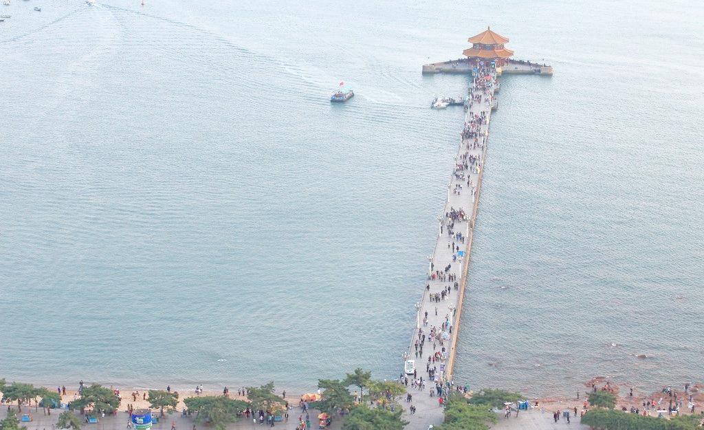 除了青岛栈桥,万宁日月湾,海水湛蓝的旅游景点还有