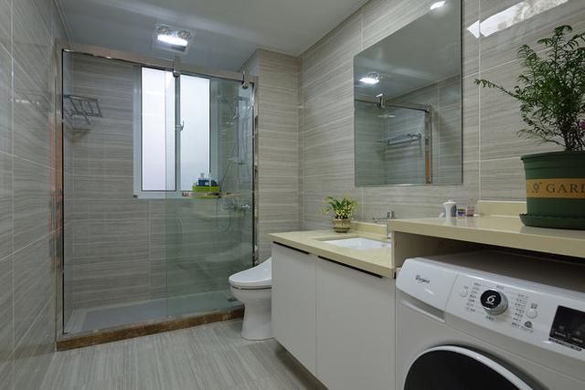 三,在卫生间里面要设计一些储物柜在洗澡的时候就可以放一些小东西很