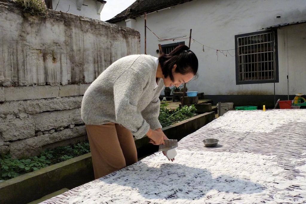 朱丹穿着朴素在老家干农活,2岁女儿可爱抢镜,背后房屋亮了