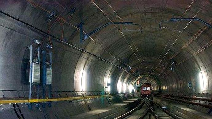 全球最长的隧道,花费17年才建成,一般的火车1个小时都跑不完