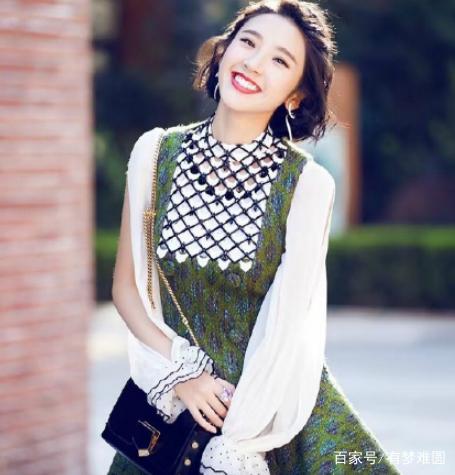 唐艺昕身穿连衣裙,脸上露出甜美的笑容,齐肩的短发,简简单单的发型却