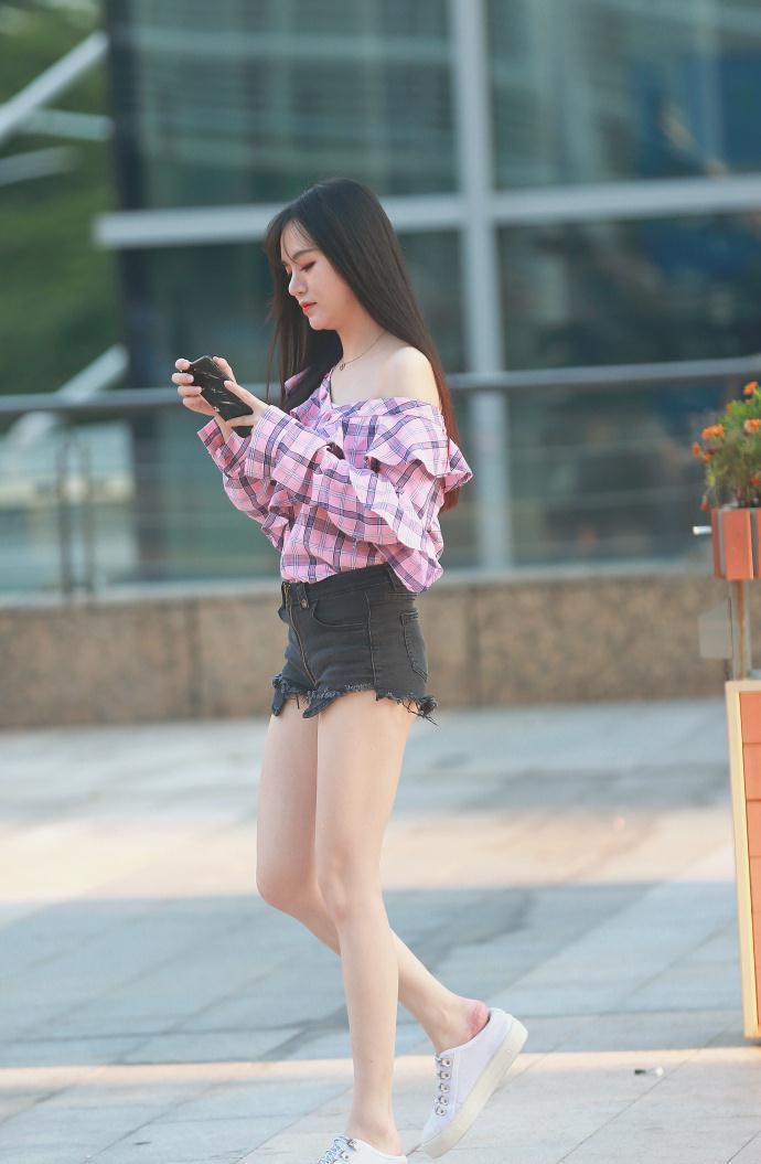 meinuse_街拍:美女粉红色上衣,搭配黑色短裙,小清新范十足