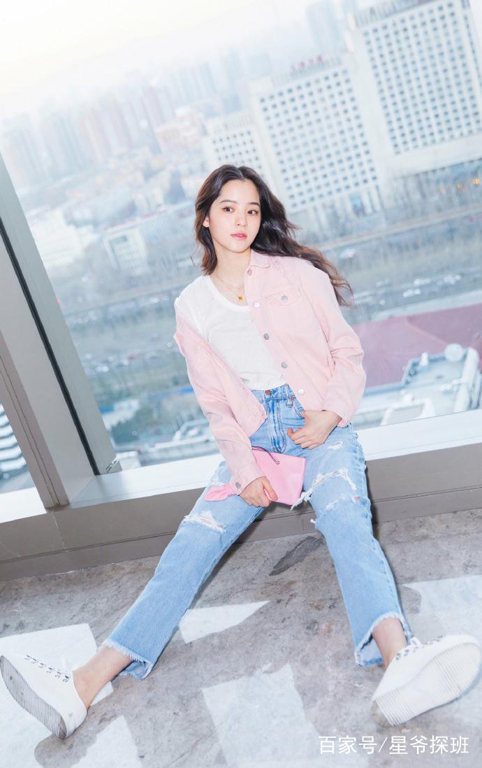 欧阳娜娜身穿粉色休闲夹克,搭配浅蓝色牛仔裤,给人一种少女的小清新感图片