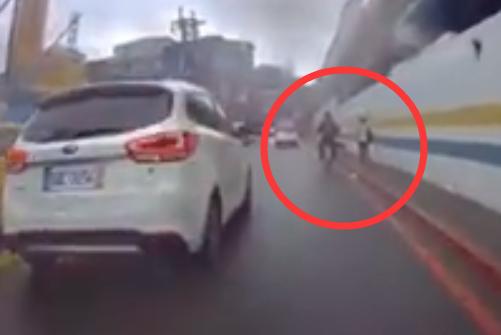 骑车男子伸腿狠踹路边流浪狗,行人刚要阻止却被接下一幕笑哭!