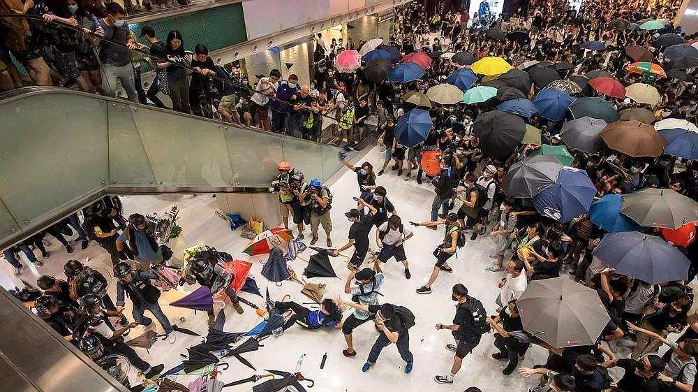 不知好歹!香港暴徒打破父母头,围观暴徒叫好,这幕让人怒发冲冠