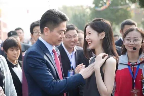 章泽天从刘强东公司黯然离职,昔日风光不再,豪宅卖了,婚戒也摘了