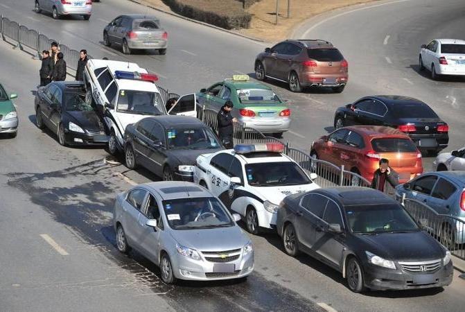 在高速上应与前车保持多远距离?早做到的话,就能避免连续追尾了