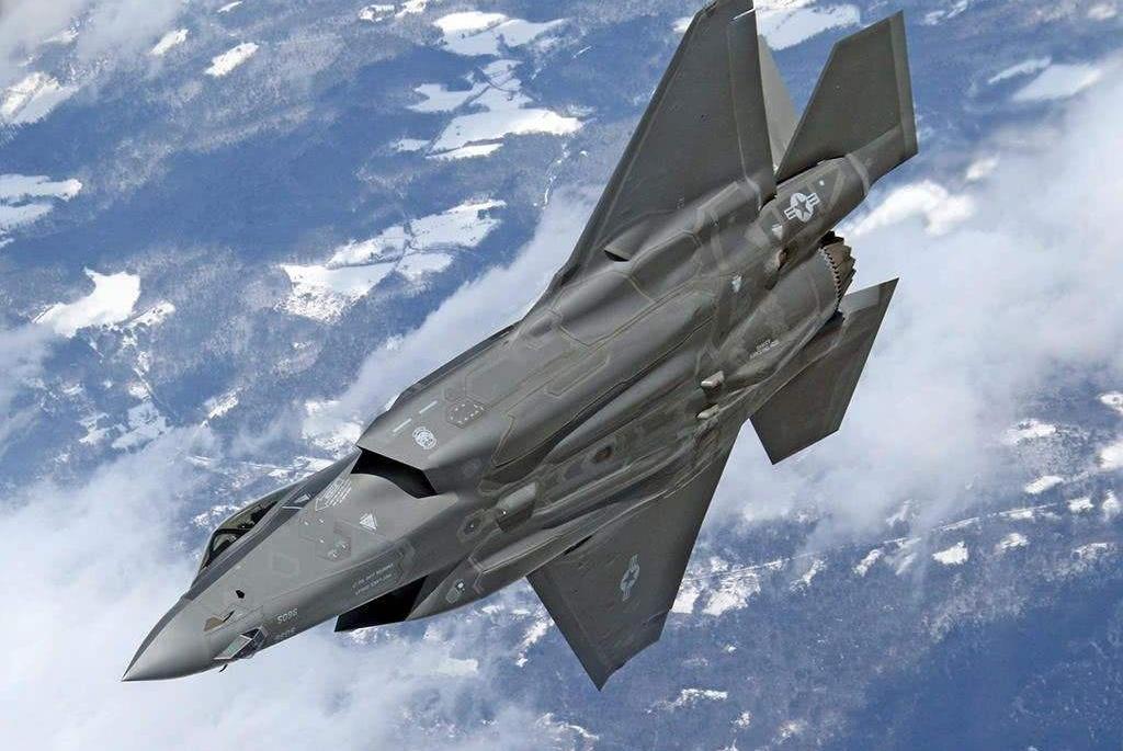 4架F35同时起飞发起空袭,10分钟不到,两架战机带伤返回基地