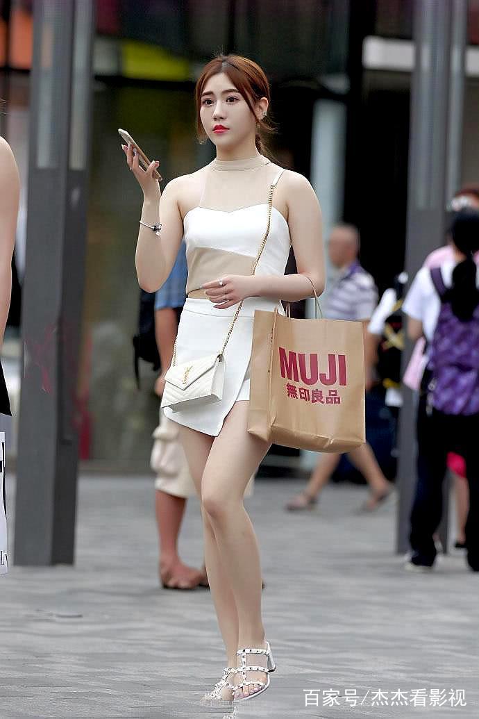色小姐无愹.�_街拍美女小姐姐,小姐姐身穿拼色连衣裙,露出皙白大长腿,好身材一览无