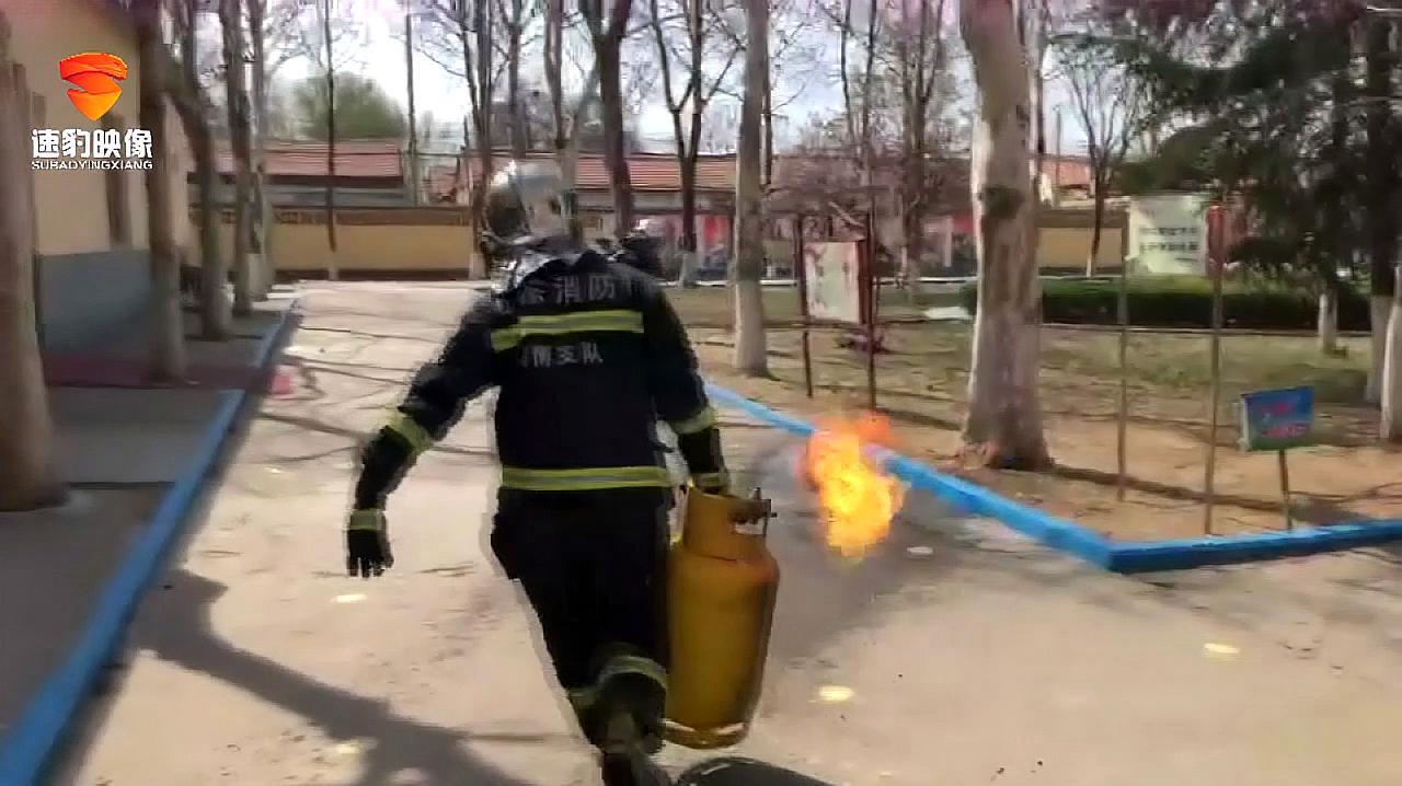 淄博一小学食堂煤气罐着火,消防员徒手拎出!
