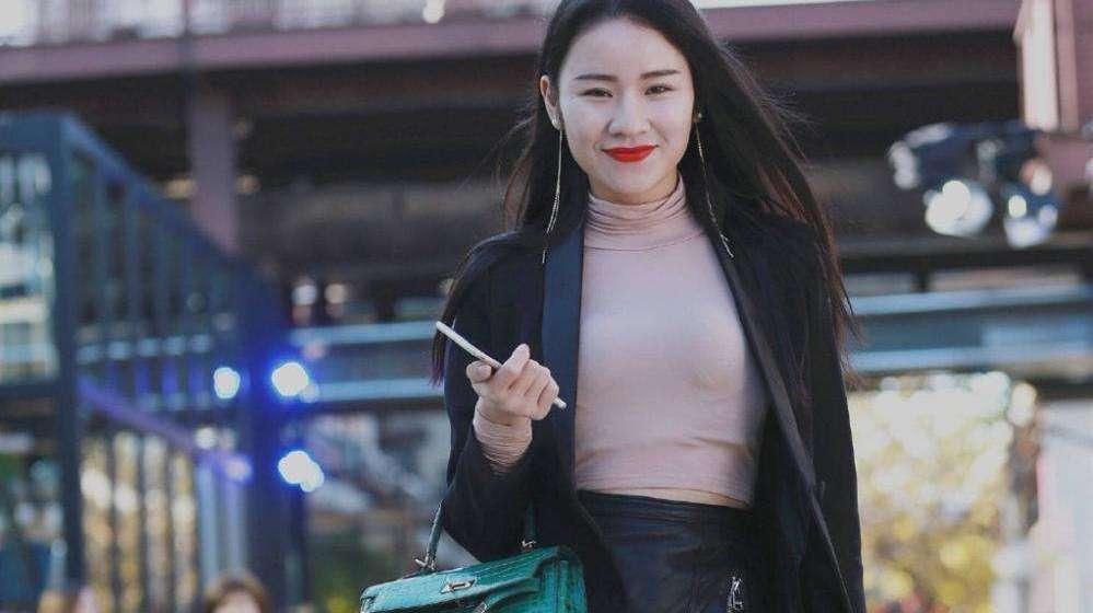 街拍:身材丰腴的美少妇,肤白貌美,笑容微甜,很有女人味道