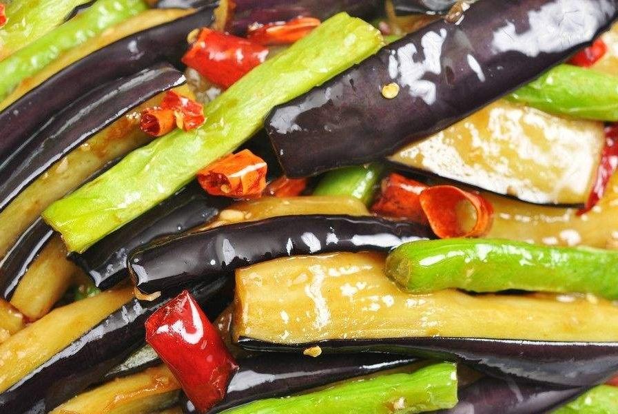 炒茄子到底该啥时候放油?很多人都做错,难怪做出来油腻还难吃!